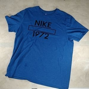 Nike sportswear loose fit shirt size: XL